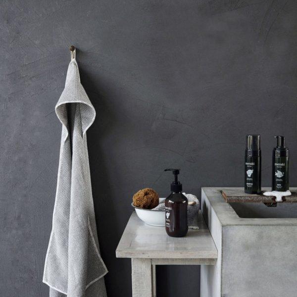 Lækkert badeværelse med rå grå vægge