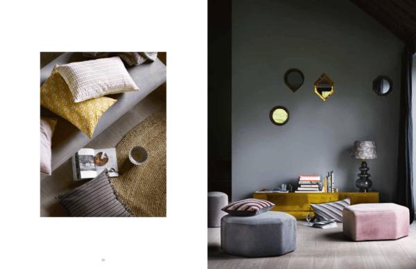 Stue med art deco stil. På gulvet smukke geometriske velour puf og flot messing skænk