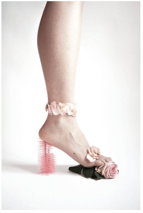 Fotokunst af Julie Bjarnhoff - Stilet lavet af flaskerenser og blomster