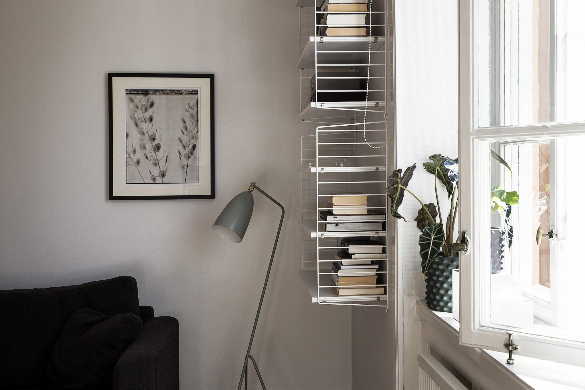 sofakrog-stue-reol-vaeghaengt-string-hvid-indrening-boligindretning ...