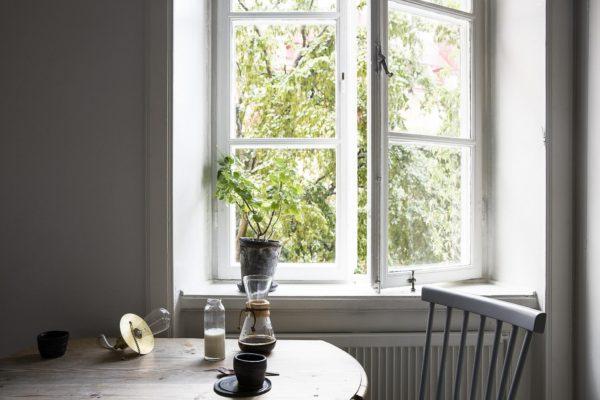 Charmerende spisplads ved vinduet i et ældre køkken
