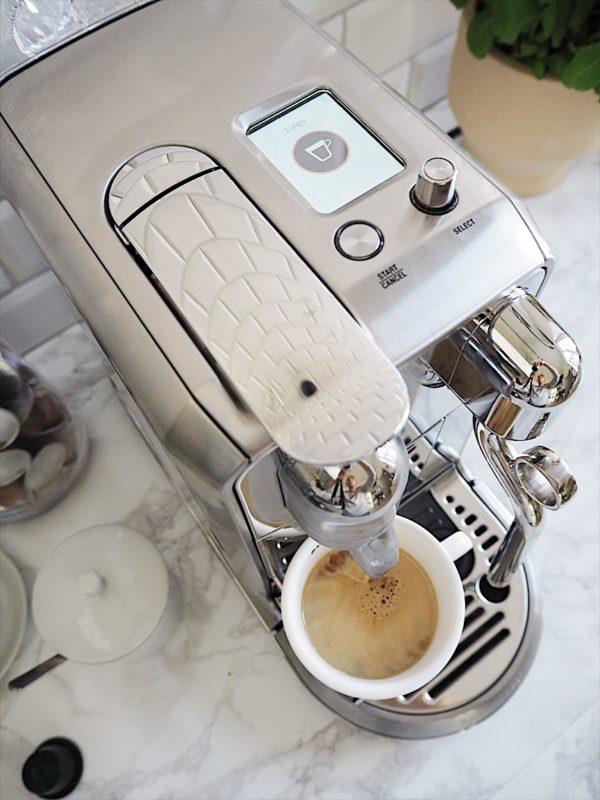 Billede skudt oppefra af displayet på den nye Nespresso maskine