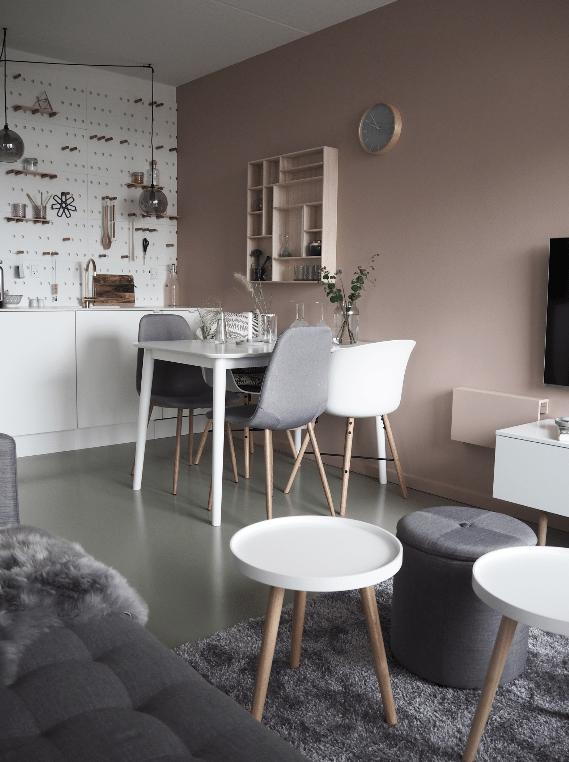 Køkken alrum med hvide og lyserøde vægge. Meget lyst og feminint