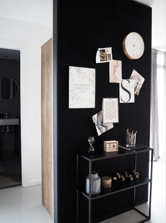 Entré med sortmalet væg som også agerer opslagstavle