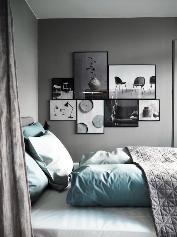 Stemningsfuld sovekrog med smukke grå vægge og finde plakater i rammer på væggen