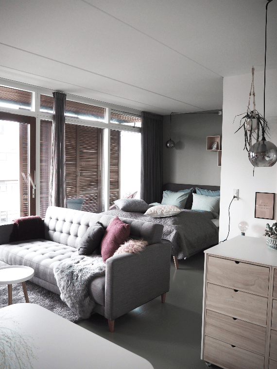 Hotellejlighed med dobbeltseng, køkken og fjernsynsstue