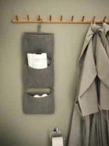 En lille opbevaringsløsning, som ikke fylder meget og som giver lidt hygge på badeværelset.