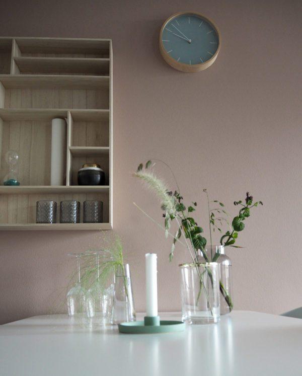 Stilleben af smukke glasvaser og lysestage fra JYSK