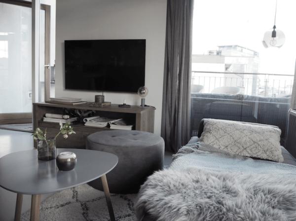 Fjernsynsstue i nordisk design med daybedn og lammeskind