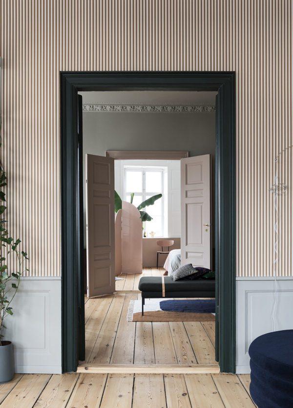 Et kig ind gennem tre stuer en suite. Væggene er tapetseret med stribet tapet og karmen er malet grønne