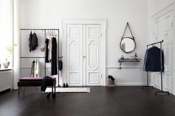 Her ses et stort smukt rum med lækker garderobeløsning fra Rackbuddy. Vandrør samlet på forskelligemåde til smarte tøjstativer.