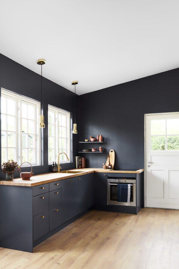 Et køkken malet blåt i årets farve fra Dyrup 'Black Flame'