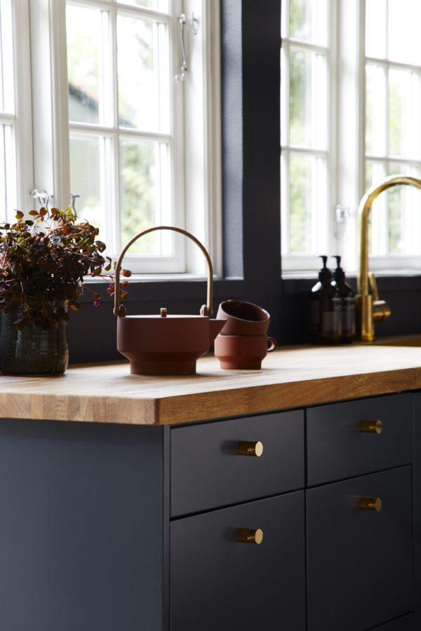 Her ses hjørnet af et køkkenbord med en fin terrakotta tekande og kopper fra Skagerak