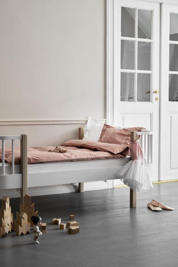 En smukt pigeværelse med rosa vægge og mørke-rosa sengetøj fra Georg Jensens Damask. På gulvet ligger legeklodser og dukker