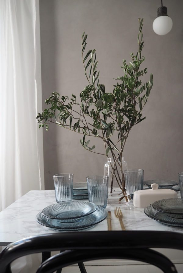 Smuk bordækning med Kählers Hammershøi stel i glas. Her ses tallerkner og glas i indigo blå dækket på hvidt marmorbord