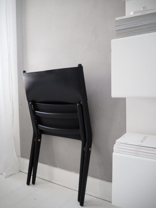 Saxe lounge chair fra By Lassen står her sammenklappet op af en grå væg