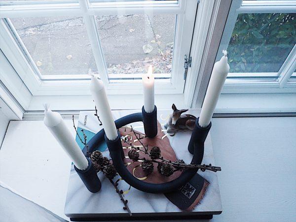Adventsstage fotograferet oppefra. 2 stk blå Nellemann stager fra Kähler i keramik sat sammen