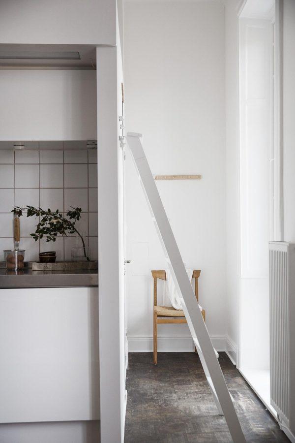Her ses en lilel mellemgang i en lille lejlighed med en stige som føre op til en lille sovehems