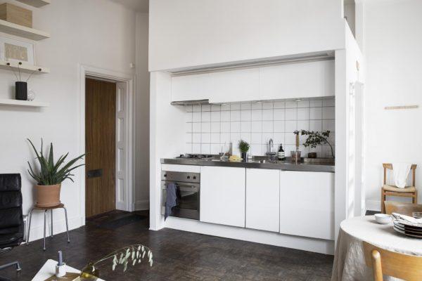 Køkken alrum med udgang til opgang.