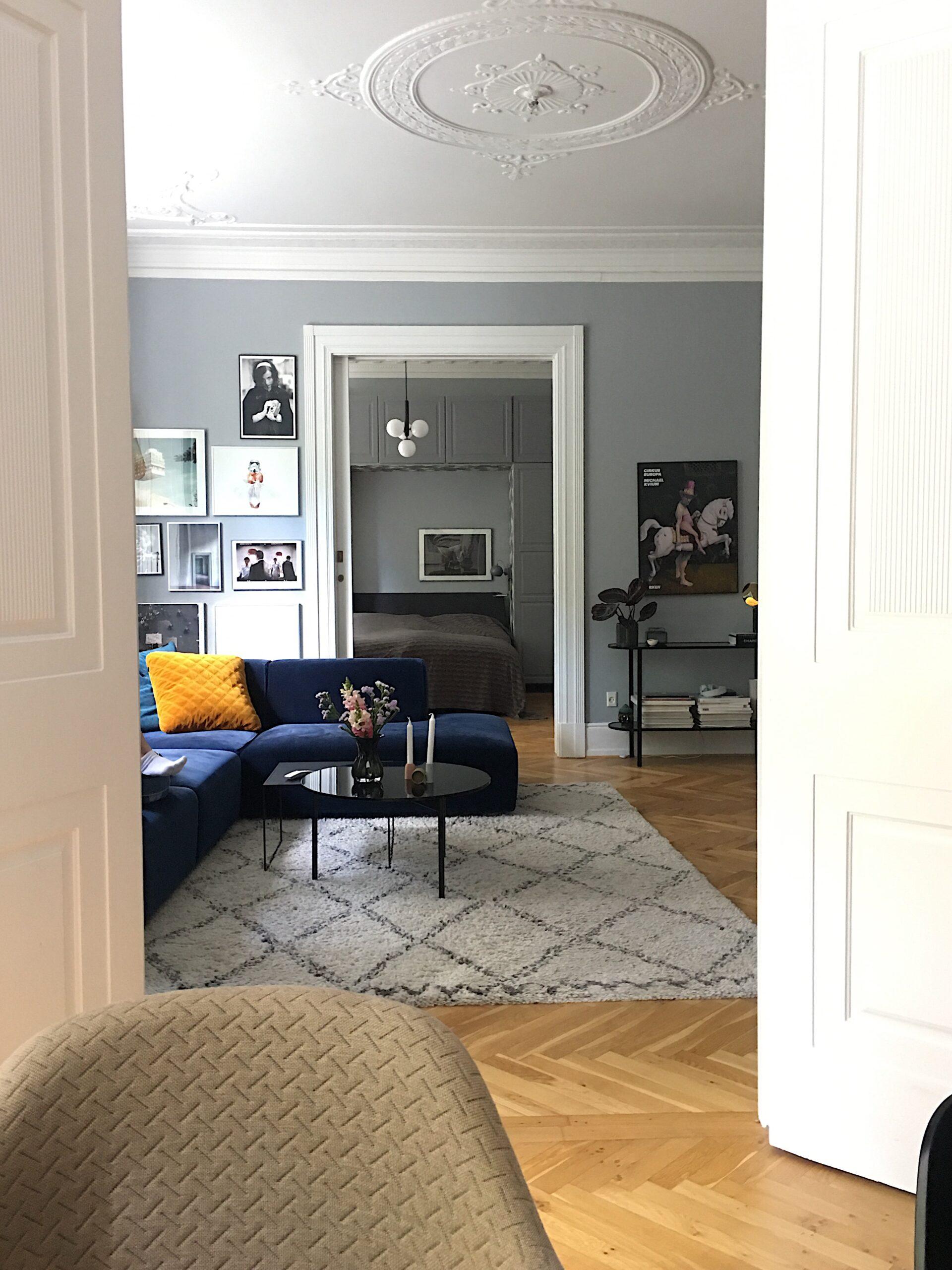 Picture of: Stue Kunst Kunstprint Livingroom Inretning Veloursofa Stue Stueindretning Billeder Kunstvaeg Billedvaeg Boligcious
