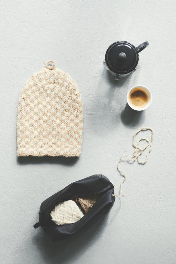 Amlous strikkekit består af en skøn taske i læder, der indeholder den mængde garn der skal bruges til opskrift man køber. Med disse strikkekits køber man i virkeligheden et strikkedesign udviklet af en anerkendt strikke-influencer - man skal bare selv strikke det. Strikkekittet indholdet: opskrift, den mængde garn man skal bruge samt en taske til opbevaring. Bemærk hvor smart den lille 'to-go' tasker her er. Den indholdet lige præcis et par ruller garn og den er forsynet med et lille hul, som garnet kan trækkes ud igennem – dvs. at du altid kan have dit strikketøj med dig, uden bøvlet med indfiltret garn og garnnøgler der falder på gulvet og triller gennem tog-kupéen. Det er altså genialt ikk?