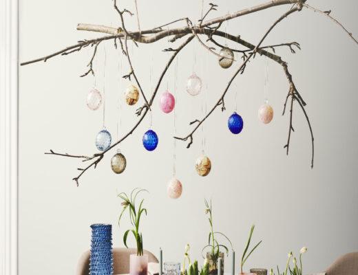 Påskeinspiration. Grene der hænger ned fra loftet dekoreret med smukke påskeæg i glas fra det danske design firma Kodanska.